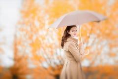 Portret piękna dziewczyna z parasolem, jesień dzień Zdjęcia Royalty Free