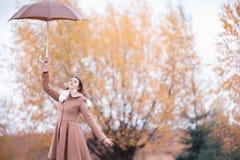 Portret piękna dziewczyna z parasolem, jesień dzień Obrazy Stock
