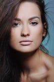 Portret piękna dziewczyna z zdrowie świeżą skórą i naturalnym makeup obraz stock