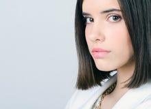 Portret piękna elegancka dziewczyna odizolowywająca na szarym tle zdjęcie stock