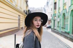 Portret piękna elegancka kobieta w kapeluszu i szkłach na tle ulica stary miasteczko zdjęcie royalty free