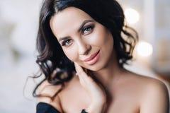 Portret piękna europejska kobieta w białym mieszkaniu, ładna młoda kobieta z czarni włosy w lekkim mieszkaniu obrazy stock