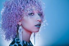 Portret piękna i egzotyczna murzynka z kędzierzawym afro h Zdjęcie Stock