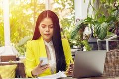 Portret piękna i ufna Azjatycka biznesowa kobieta w pracować z notatnika telefonem i laptopem kieruje akcydensową pracę przy miej zdjęcie stock