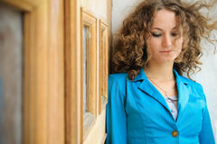 Portret piękna kędzierzawa dziewczyna w starym mieście Zdjęcia Royalty Free