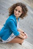 Portret piękna kędzierzawa dziewczyna w starym mieście Fotografia Stock