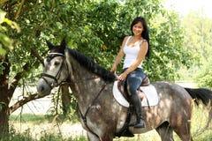 Portret piękna kobieta i szarość koń w ogródzie Zdjęcie Royalty Free