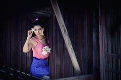 Portret Piękna kobieta jest ubranym tradycyjnego tajlandzkiego kultury vintag fotografia stock