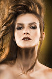 Portret piękna kobieta na żółtym tle obrazy royalty free