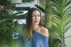 Portret piękna kobieta pod liści patrzeć fotografia royalty free