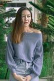 Portret piękna kobieta pod liści patrzeć zdjęcia stock
