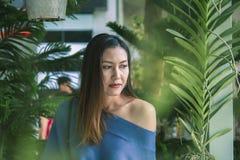 Portret piękna kobieta pod liści patrzeć zdjęcie stock