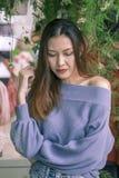 Portret piękna kobieta pod liści patrzeć obrazy stock