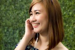 Portret piękna kobieta słucha podcast Zdjęcie Stock