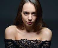 Portret piękna kobieta t w czerni koronki bluzce fotografia stock