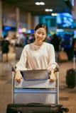 Portret piękna kobieta, uśmiechnięta dziewczyny pozycja z bagażem Wewnątrz zdjęcia royalty free
