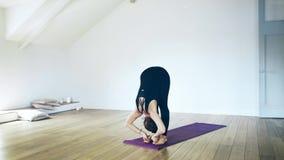 Portret piękna kobieta w czarny robi joga indoors zdjęcie wideo