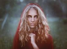 Portret piękna kobieta w czerwonym kapiszonie Fotografia Royalty Free