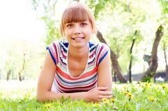 Portret piękna kobieta w lato parku obrazy stock