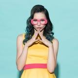 Portret piękna kobieta w papierowych szkłach na błękitnym backgro Obrazy Stock