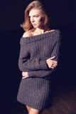 Portret piękna kobieta w trykotowej sukni bedsheet moda kłaść fotografii uwodzicielskich białej kobiety potomstwa Blondynki Dziew zdjęcie royalty free