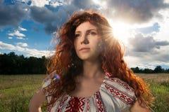 Portret piękna kobieta w Ukraińskiej obywatel sukni zdjęcie stock