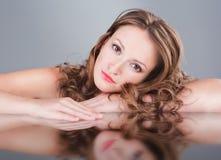 Portret piękna kobieta z świeżym dziennikiem robi Obrazy Stock