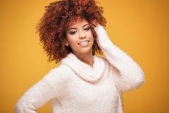 Portret piękna kobieta z afro fryzurą Obrazy Royalty Free