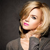 Portret Piękna kobieta z blondynem jaskrawa moda ma obraz stock