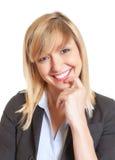 Portret piękna kobieta z ciemnymi oczami i blondynka włosy fotografia royalty free