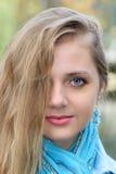 Portret piękna kobieta z długimi blondynek hairs Zbliżenie przyrodnia twarz Obrazy Stock