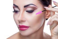 Portret piękna kobieta z długimi rzęsami i piękny makijaż w piękno salonie Zdjęcia Royalty Free