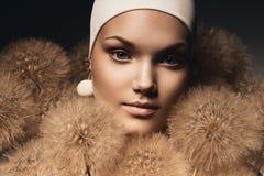 Portret piękna kobieta z dużymi dandelions Obraz Royalty Free