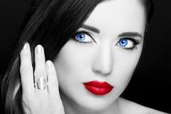 Portret piękna kobieta z pierścionkiem Zdjęcia Royalty Free