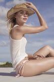Portret piękna kobieta z słomianym kapeluszem na słonecznym dniu zdjęcie royalty free