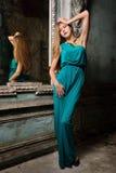 Portret piękna kobiety zieleni toga. zdjęcie stock