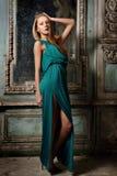Portret piękna kobiety zieleni toga. obrazy stock