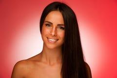 Portret Piękna latynoska kobieta w ftont czerwony tło Zdjęcie Royalty Free