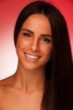 Portret Piękna latynoska kobieta w ftont czerwony tło Zdjęcia Royalty Free