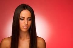 Portret Piękna latynoska kobieta w ftont czerwony tło Obraz Royalty Free