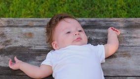 Portret piękna mądrze sześciomiesięczna dziewczyna zdjęcie wideo