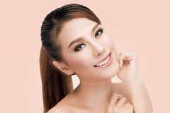Portret Piękna Młoda Azjatycka kobieta patrzeje kamerę Perfect Świeża skóra zdjęcia stock