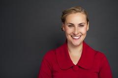 Portret piękna młoda biznesowej kobiety pozycja przeciw gr obrazy stock