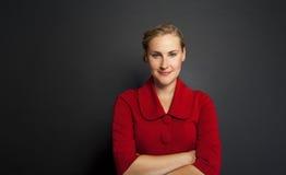 Portret piękna młoda biznesowej kobiety pozycja przeciw gr obraz stock