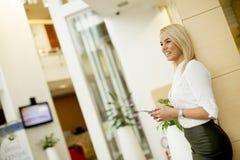 Portret piękna młoda bizneswoman pozycja w offi zdjęcia royalty free