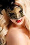 Portret piękna młoda blond kobieta z theatrical maską na jego twarzy na ciemnym tle Zdjęcie Royalty Free