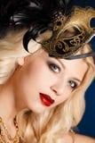 Portret piękna młoda blond kobieta z theatrical maską na jego twarzy na ciemnym tle Fotografia Royalty Free