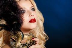 Portret piękna młoda blond kobieta z theatrical maską na jego twarzy na ciemnym tle Obraz Stock