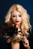 Portret piękna młoda blond kobieta z theatrical maską na jego twarzy na ciemnym tle Fotografia Stock