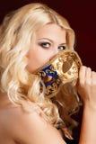 Portret piękna młoda blond kobieta z theatrical maską na jego twarzy na ciemnym tle Obrazy Royalty Free